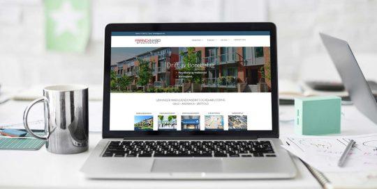 Laptop på ryddig skrivebord som viser Prosjektsjefen sine nettsider