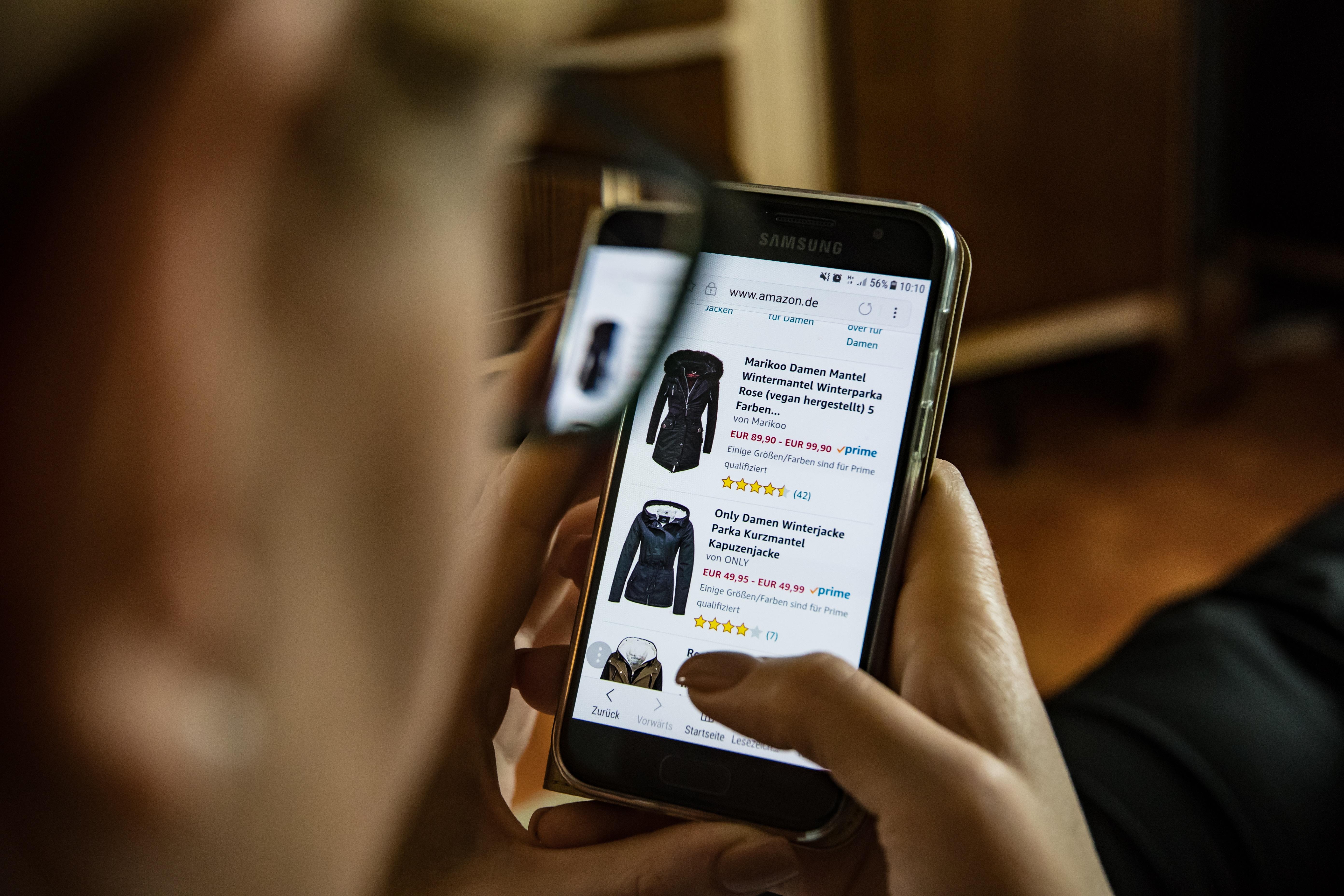 Person ser på en nettbutikk på sin mobiltelefon.