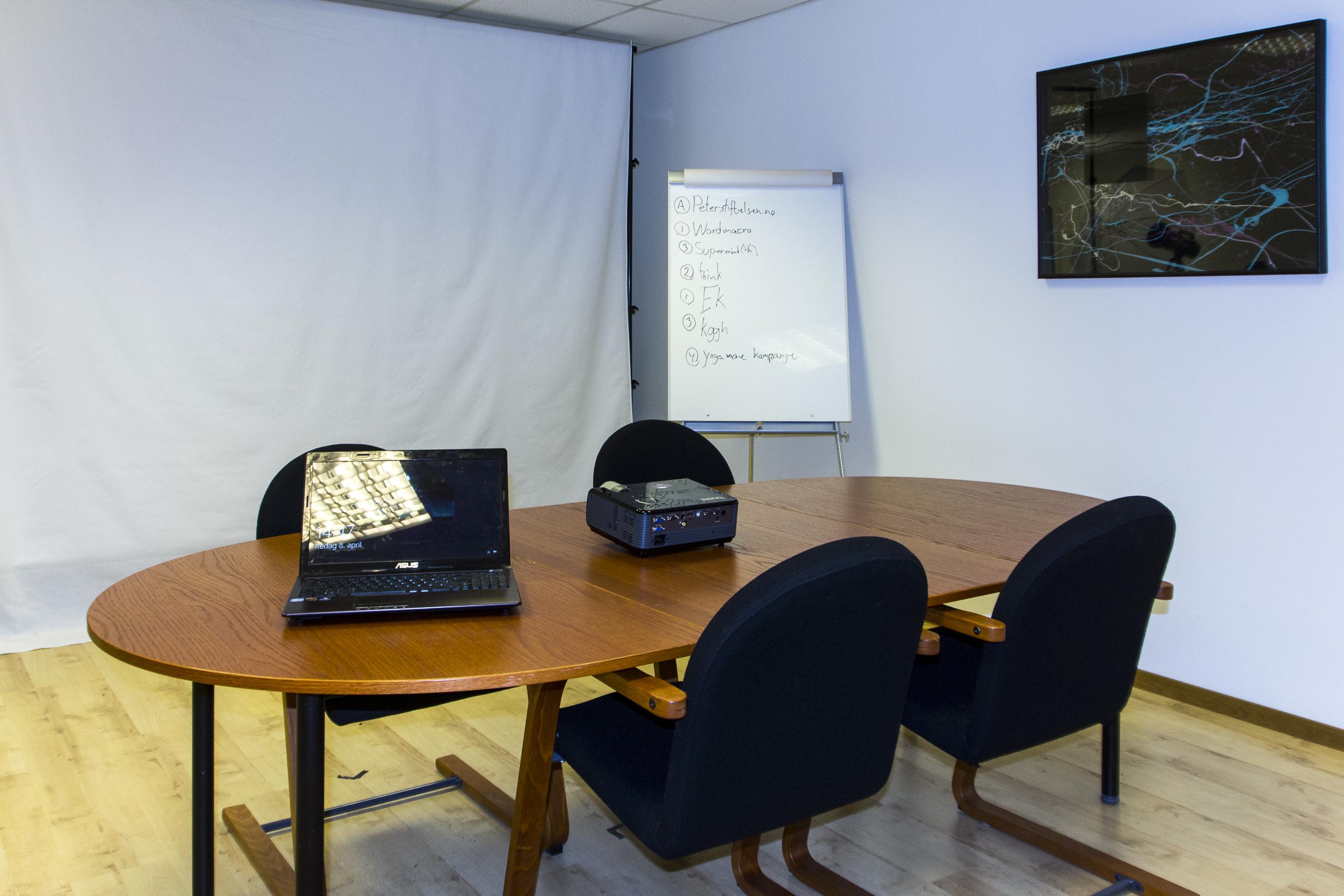 Rom med møtebord projektor og bærbar-pc